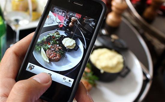 3 lý do đừng nên chụp ảnh trước khi ăn