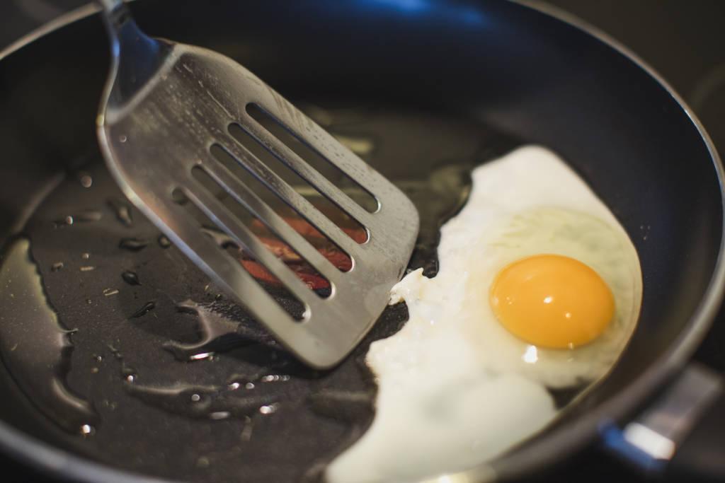 4 sai lầm tai hại khiến chảo chống dính nhanh hỏng, món ăn chứa mầm bệnh lúc nào không hay
