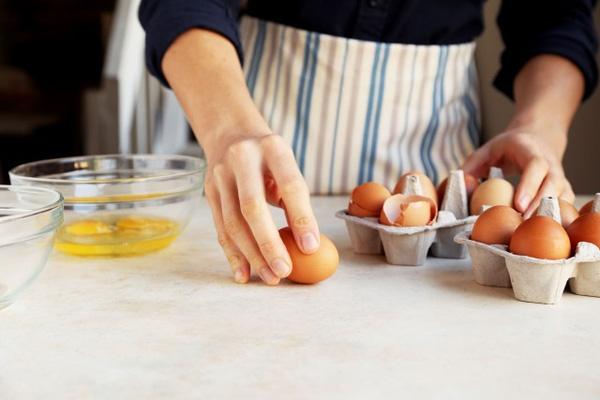 Bạn vẫn thường đập trứng vào cạnh bát để tách vỏ ư, hãy đọc thông tin này trước khi quá muộn