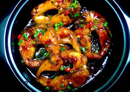 Cá kho lá chè tươi cho bữa cơm thêm đậm vị