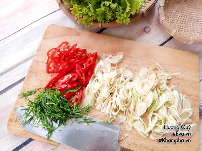 Cách làm gà xào sả ớt cay thơm tốn cơm bữa tối
