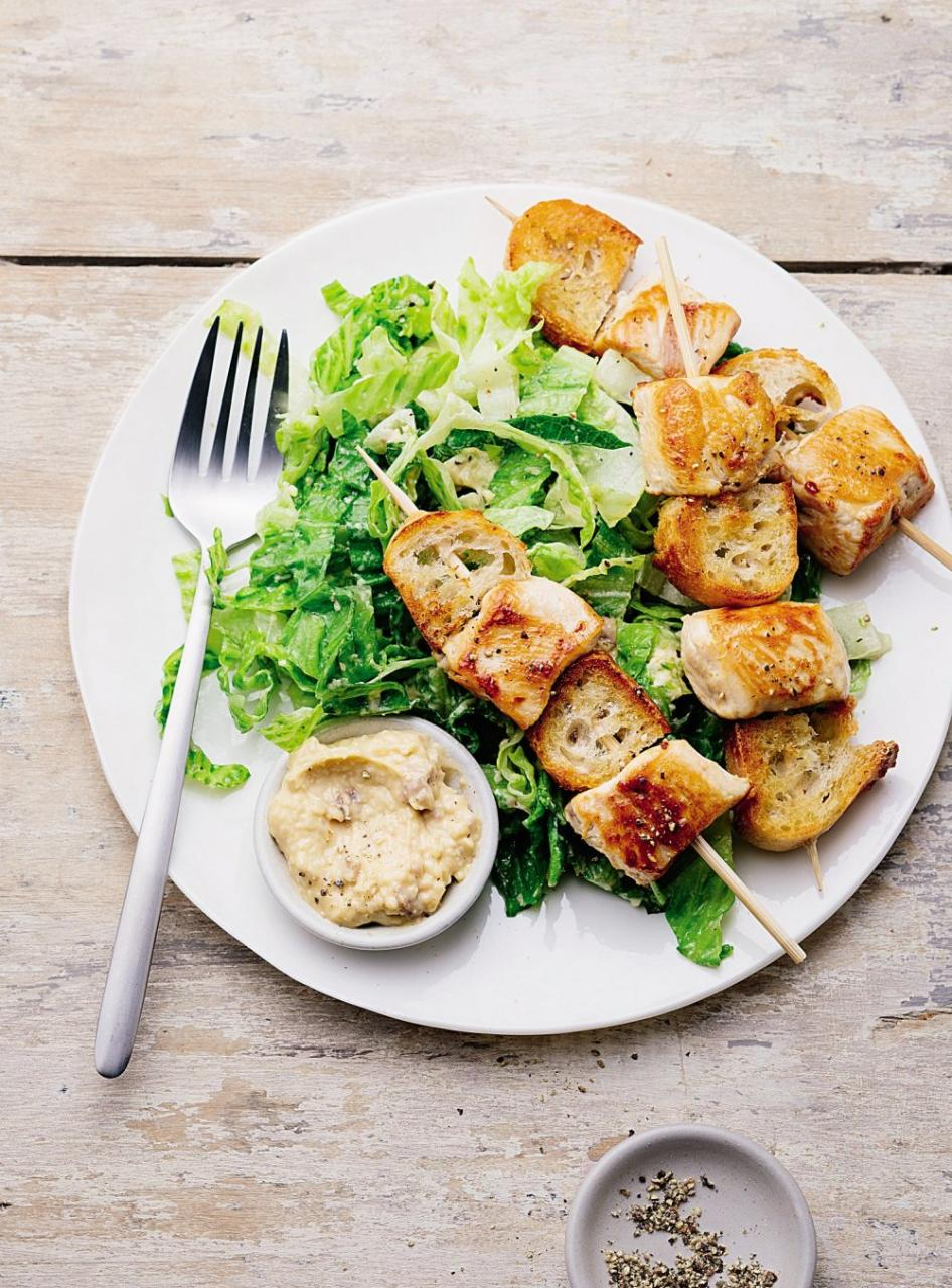 Cách làm gà xiên que giòn tan ăn kèm salad