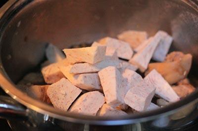 Cách làm món gà kho khoai môn bùi ngon, hấp dẫn