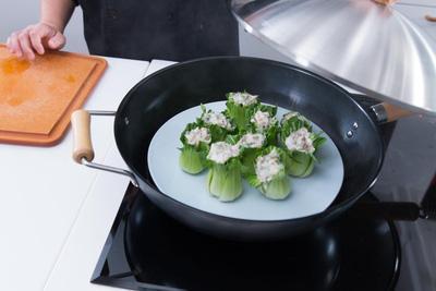 Cách làm món tôm nhồi cải chíp thanh mát cho bữa cơm mùa hè