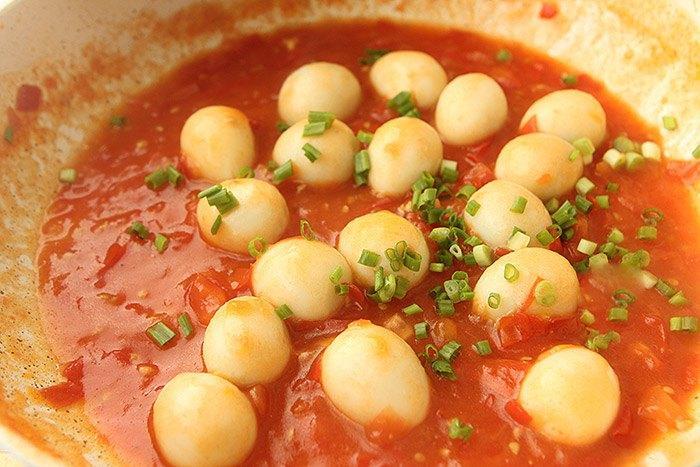 Chán ăn kho, trứng cút đem sốt cà chua thế này lại được món ngon bổ rẻ trôi cơm