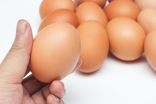 Chỉ với một ly nước bạn đã có thể kiểm tra được độ tươi của trứng và cách bảo quản đúng