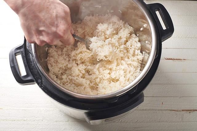 Cơm chín hãy thêm thứ này vào, bí quyết khiến cơm trong sushi lúc nào cũng ngon