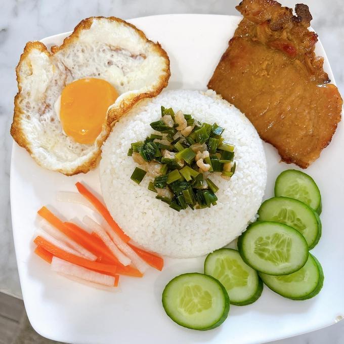 Cơm tấm - món ăn 'đắt show' mùa Covid-19 của sao Việt