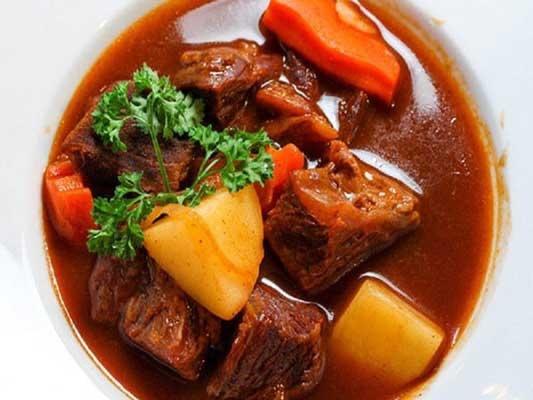 Cuối tuần vào bếp với món bò sốt vang nấu với gấc ngon tuyệt hảo
