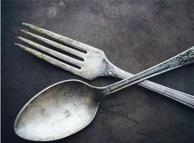 Dao dĩa, bát đĩa bẩn đến mấy cũng sạch bong sáng bóng nhờ 'bí kíp' cực đơn giản mà hiệu quả này