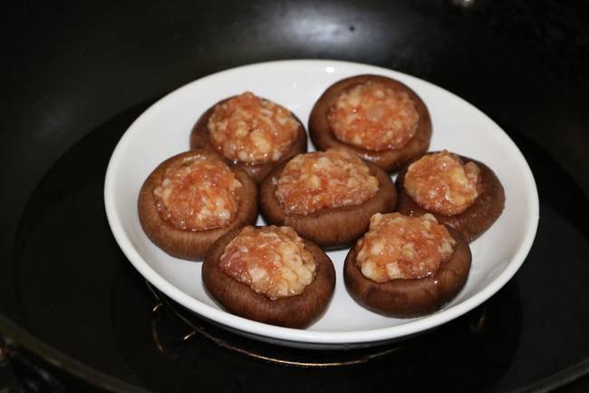 Đổi vị với nấm nhồi thịt hấp lạ miệng khiến cả nhà thích mê