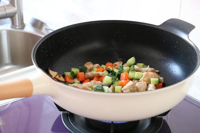 Gà xào sắc màu làm thì nhanh mà ăn lại ngon vô cùng