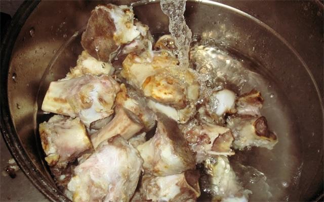 Hầm xương bò nấu phở thêm đúng thao tác này, nước dùng trong vắt, thơm lừng, ngọt lịm