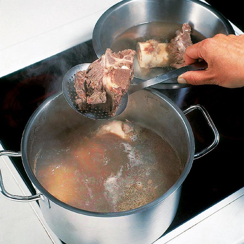 Hầm xương muốn nước ngọt mà lại trong veo thì các mẹ phải học ngay các mẹo này nhé!