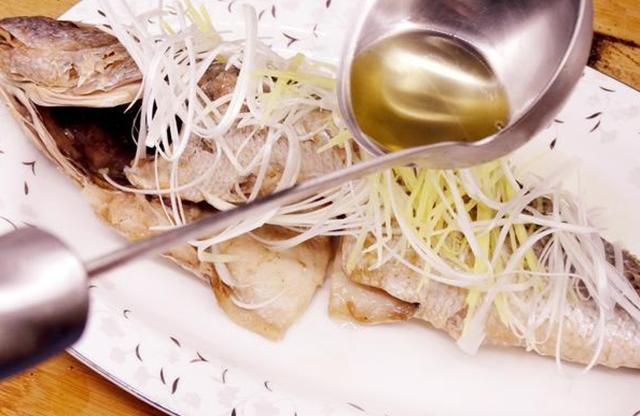 Hấp cá đừng cho muối hoặc nước tương, làm theo cách này đảm bảo không tanh, ngọt thịt