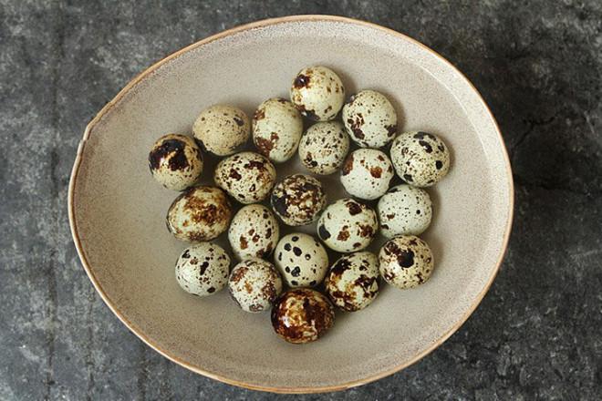 Hết ngại luộc và bóc vỏ trứng cút vì có 2 cách cực đơn giản dưới đây giúp trứng vừa nhanh chín vừa tự  bong vỏ