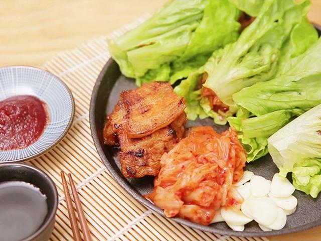 Hướng dẫn làm thịt ba chỉ nướng chảo cuộn xà lách kiểu Hàn dễ mà ngon