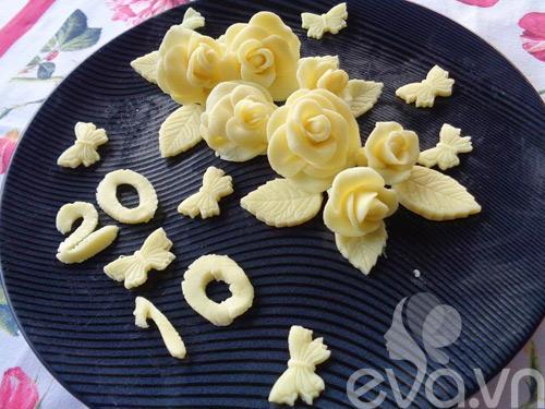 Làm hoa hồng từ chocolate trang trí bánh