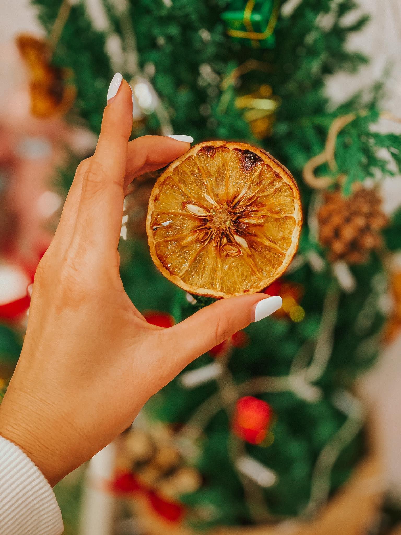 Làm trái cây sấy bằng nồi chiên không dầu siêu tiện, hội chị em dùng làm nước detox, uống trà và lại có thêm đồ decor cây thông Noel