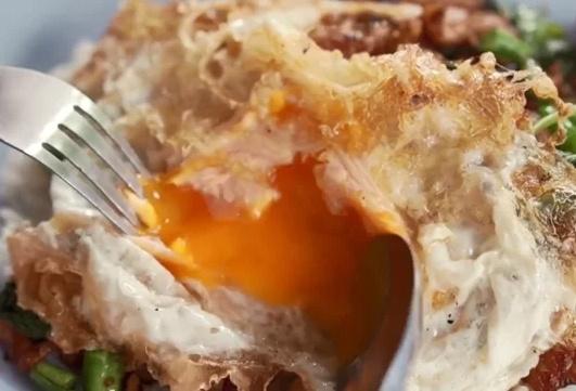 Làm trứng chiên lòng đào như Vua đầu bếp