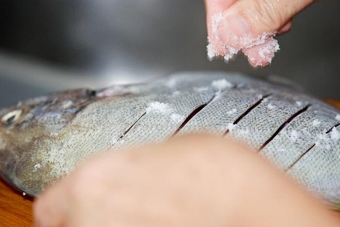 Mẹo hay giữ cá tươi lâu mà không cần cất trong tủ lạnh