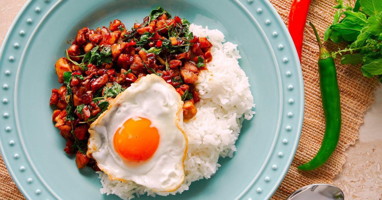 Món gà xào húng quế siêu phổ biến ở Thái Lan hóa ra chỉ cần nấu đơn giản như thế này