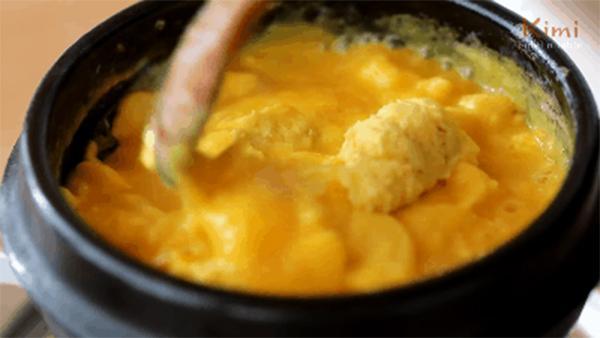 Món trứng hấp bồng bềnh như mây bước ra từ phim Hàn Quốc: Chỉ mất 10 phút thao tác, bạn sẽ có ngay món ăn sưởi ấm tâm hồn trước khi đi ngủ!