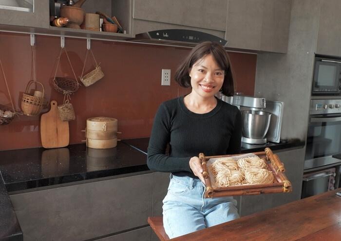 Nàng 8X đảm tự làm mì tươi, sợi bánh canh bằng máy cán bột thủ công, hội chị em Yêu bếp đua nhau xin công thức