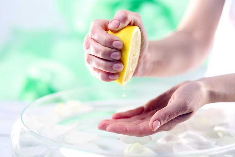 Nấu ăn mà bị vết nghệ dính trên tay thì thật khó chịu, vậy thì học ngay mẹo này để tẩy sạch bay!