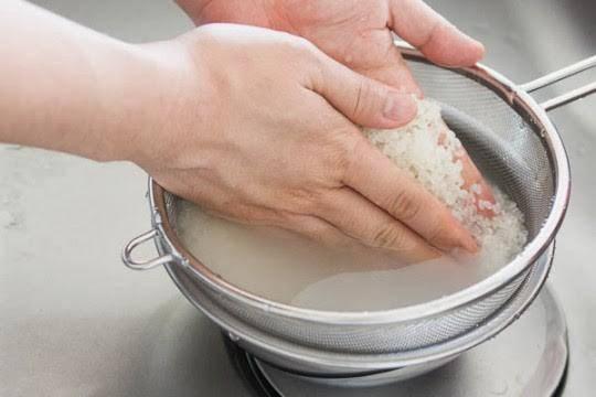 Nấu cơm kiểu này vừa mất hết chất, vừa rước đủ bệnh vào người