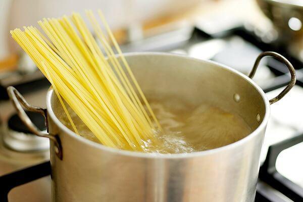 Nên dùng nước nóng hay nước lạnh khi nấu từng loại món ăn?