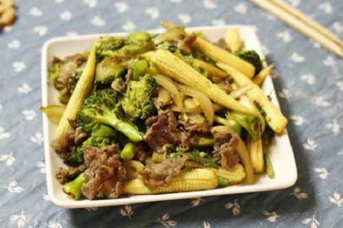 Ngô bao tử mềm ngọt với súp lơ xanh giòn rất hợp khi xào cùng với thịt bò, làm lại nhanh gọn chắc...