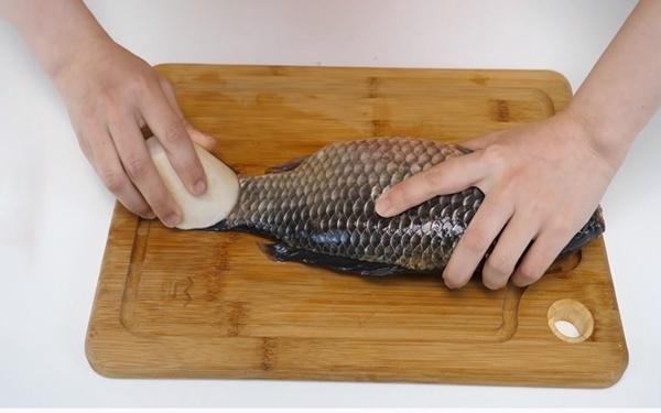 Những mẹo nhỏ giúp đánh vảy cá nhanh và an toàn, không biết là tiếc hùi hụi