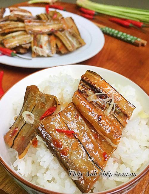 Rẻ tiền thế này thôi nhưng cá khô sốt chua ngọt trôi cơm lắm nhé!