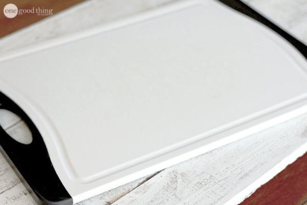 Tấm thớt nhựa chi chít vết cắt trở nên trắng trẻo tinh tươm như mới chỉ nhờ vài giọt này