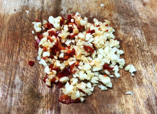 Thêm vài lát thứ quả này, nước chấm chua ngọt thơm, sánh, ăn gì cũng ngon, để lâu dùng dần trong cả tháng