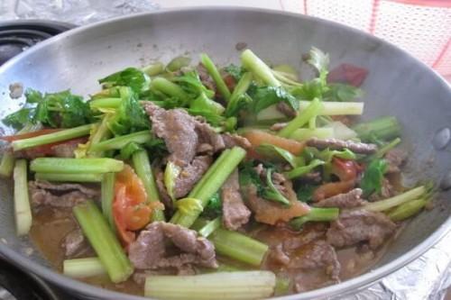 Thịt bò xào rau cần giòn ngon
