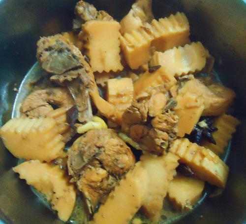 Thịt gà kho măng thấm vị, đưa cơm