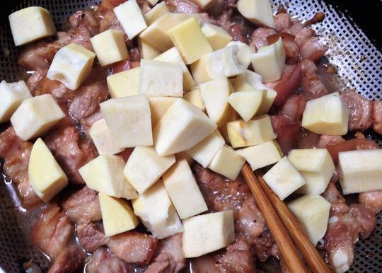 Thịt kho măng chồng làm mang cả hương vị hạnh phúc