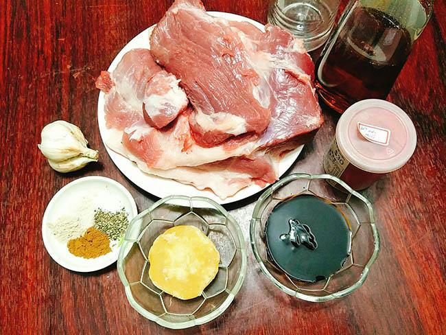 Thịt xá xíu đậm đà, vàng óng ả càng ăn càng nghiện