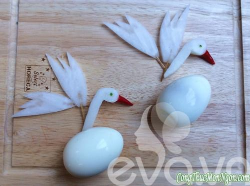 """Trang trí thức ăn với """"thiên nga"""" từ trứng"""