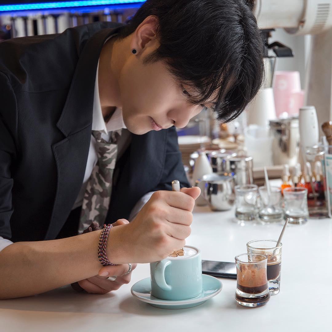 """Tròn mắt trước những tuyệt tác trên ly cà phê của """"soái ca"""" Hàn Quốc"""