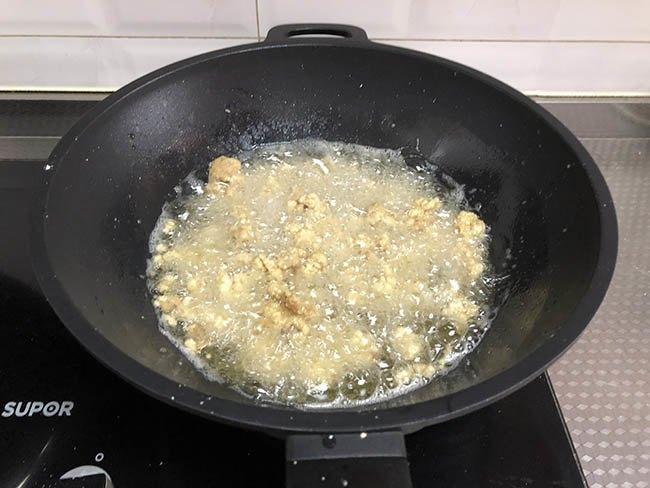 Vẫn là thịt thăn dai khô, nhưng đem xào thế này cơm nấu nhiều thế nào cũng chẳng đủ