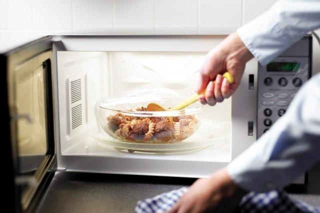 Vô tư để thức ăn vào lò vi sóng quay mà không đậy nắp, nếu biết tác hại của nó ắt hẳn bạn sẽ không dám tái diễn